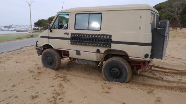 Iveco 40.10 im Sand festgefahren