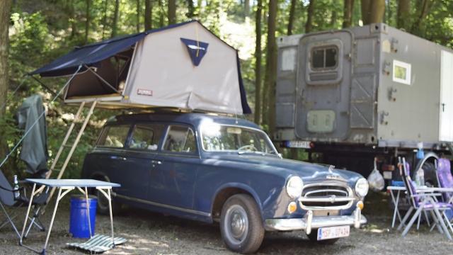 Peugeot Oldtimer mit Dachzelt